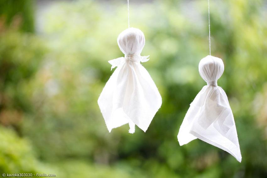 Mit Teru Teru Bozu wünscht man sich gutes Wetter. Die kleinen selbstgebastelten Figuren werden ins Fenster gehängt und bei Erfüllung des Wunsches mit etwas Sake beträufelt.