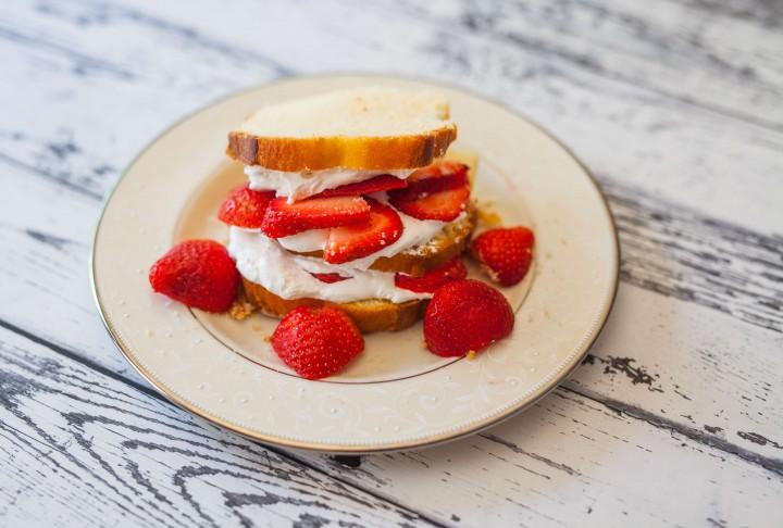 Neuer Trend: Erdbeer-Dessert-Sandwich mit grünem Tee