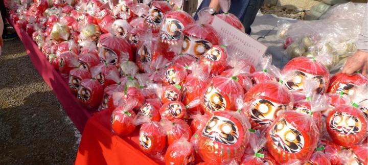 Japan Besuchereinbruch beim größten Daruma-Markt – Glückspuppen bleiben Verkaufsschlager