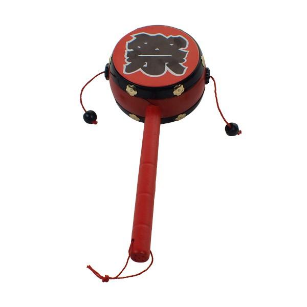 Die Drehtrommel ist ein beliebtes japanisches Kinderspielzeug, wird aber auch von Erwachsenen zum Anfeuern verwendet.