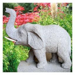 Elefant mit erhobenem Rüssel