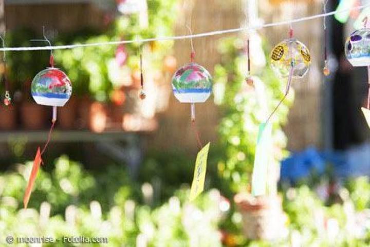 Durch japanische Windspiele Garten und Terrasse sommerlich gestalten
