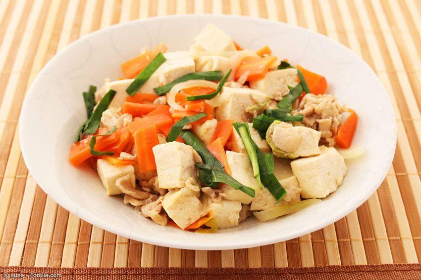 Wer keine Goya mag oder kein Fleisch isst, kann die leckere Alternative zu Goya Champuru kochen: Tofu Chanpuru!