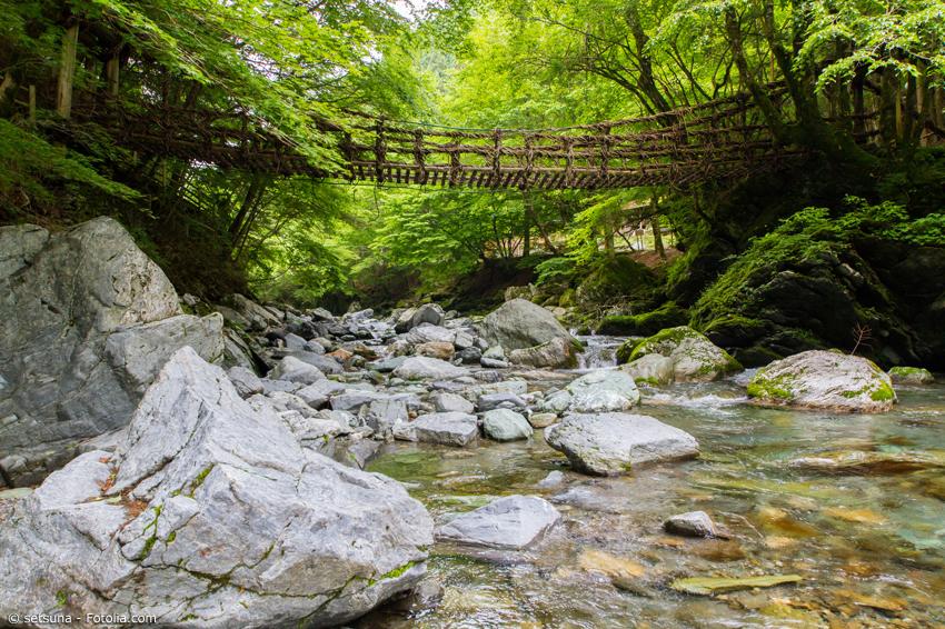 Die Okuiya-Nijuukazura Brücke in Tokushima ist ein beliebtes Ausflugsziel. Die Hängebrücke befindet sich im Gebirge nahe des Bergs Miune im Westen der Präfektur.