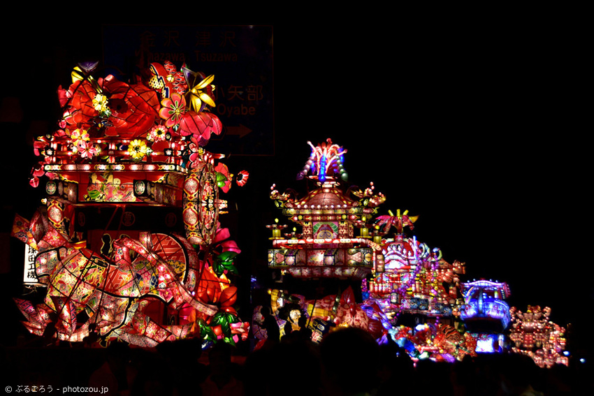 Riesige beleuchtete Wagen in Toyama beim Tonami Yotaka Festival