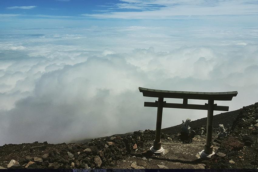 Ein Torii auf dem heiligen Berg Fuji