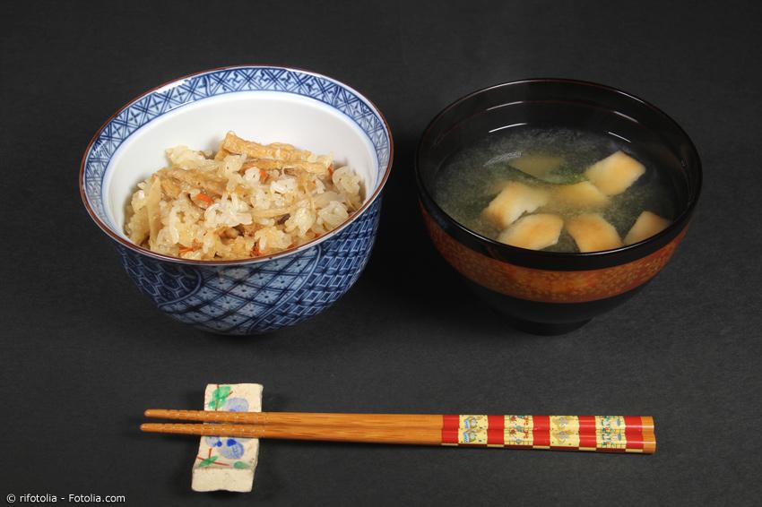 Okowa mit Suppe als Vorspeise