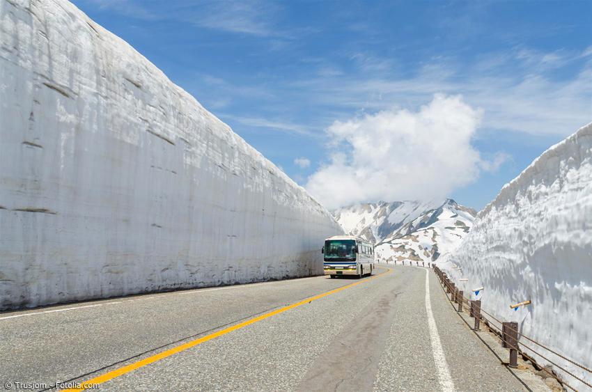 Linienbus neben zwei meterhohen Schneewänden in Toyama