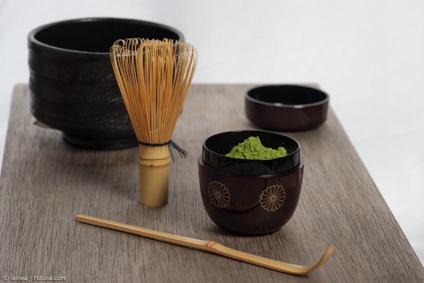 Matcha mit Teezeremonie Zubehör wie Matchaschale, Chasen und Bambuslöffel