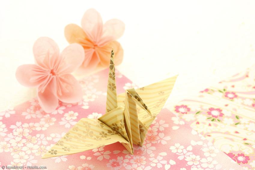 Origami Kranich mit Kanzashi Blüte und Kirschblüten Origami-Papier
