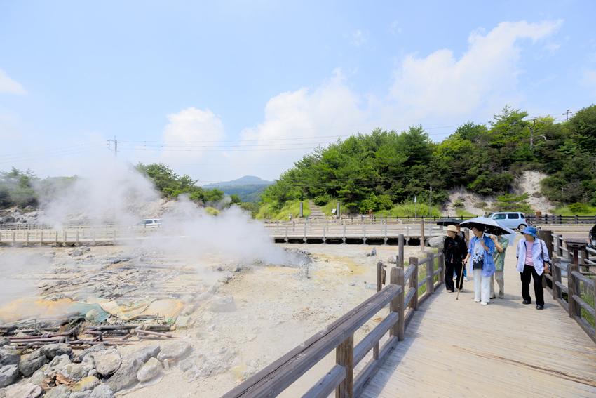 Eine Gruppe japanischer Touristinnen passiert eine der heißen Quellen im Unzen-Gebirge.