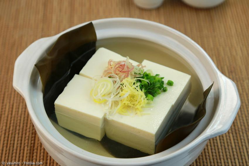 In der Gegend von Kyoto kennt man das Gericht Yudofu schon seit vielen hundert Jahren. Vor allem buddhistische Mönche haben das vegetarische japanische Gericht auf der Speisekarte.
