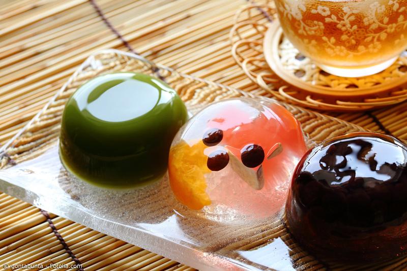 Drei Wagashi mit Grüntee, Agar und Bohnenpaste auf Tellerchen