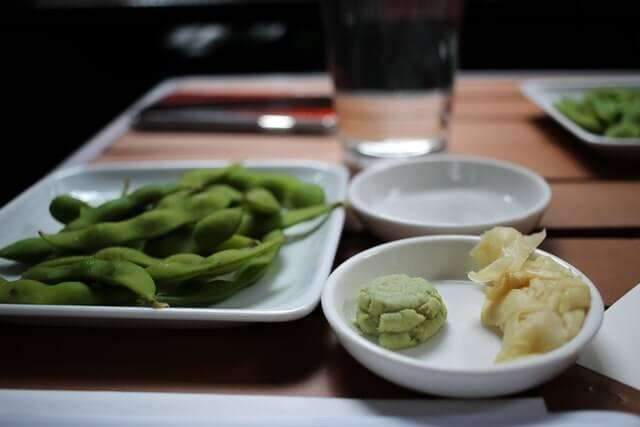 Beilagenteller mit Wasabi und Grünen Bohnen