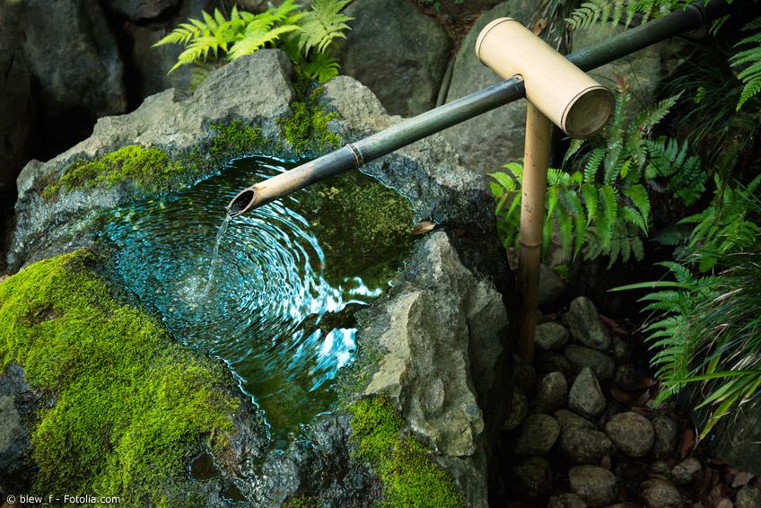 Bambus Wasserspiel mit Steinbecken und Moos