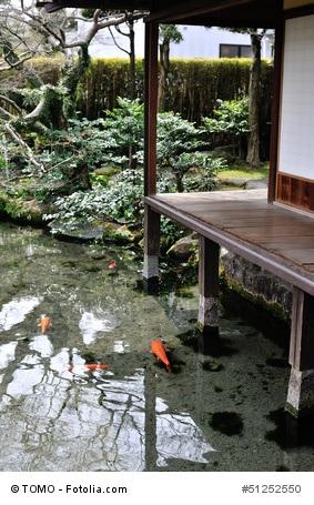 Japanischer Garten mit Pargodenlampe