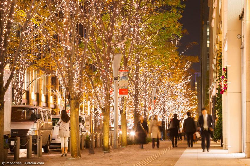 In Japan sind die Straßen zur Weihnachtszeit mit Lichtern geschmückt und hell erleuchtet.