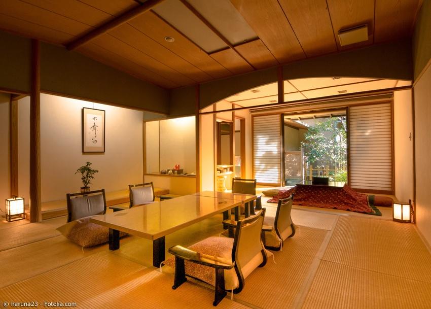 Traditionelles Zimmer in einem Ryokan mit Tatami und Kotatsu