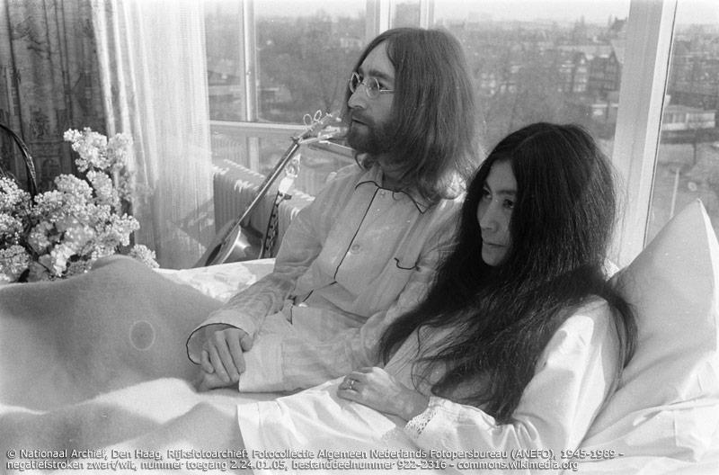 Yoko Ono ist zweifellos die berühmteste Japanerin. Neben ihrer Bekanntheit als 'Frau von John Lennon' ist sie seit vielen Jahren als Avantgardekünstlerin und Friedensaktivistin aktiv.