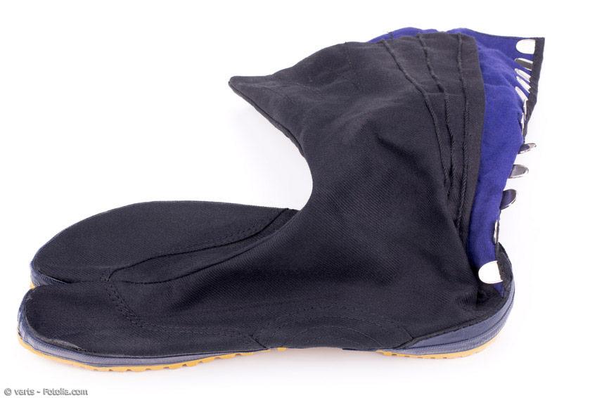 Tabi-Socken mit Sohlen, auch Tabi-Schuhe genannt, halfen den Feldarbeitern, Ninja und anderen Berufsgruppen in ihrer täglichen Arbeit. Auch heute werden die Zwei-Zehensocken mit der stabilen Sohle im Alltag einiger Berufe eingesetzt.