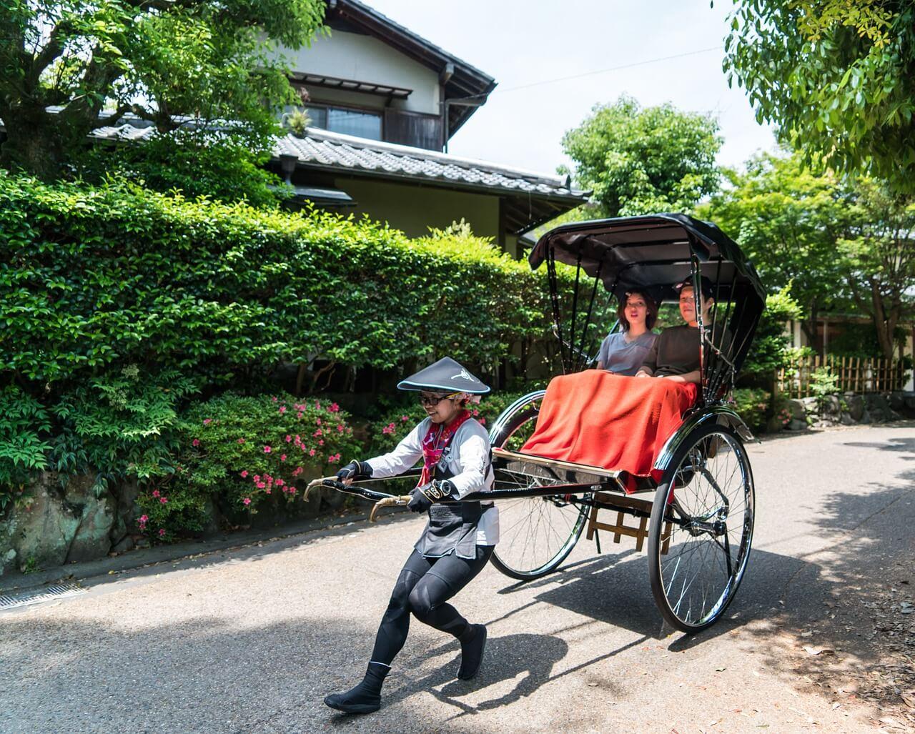 Japaner zieht Rikscha aus Spaß