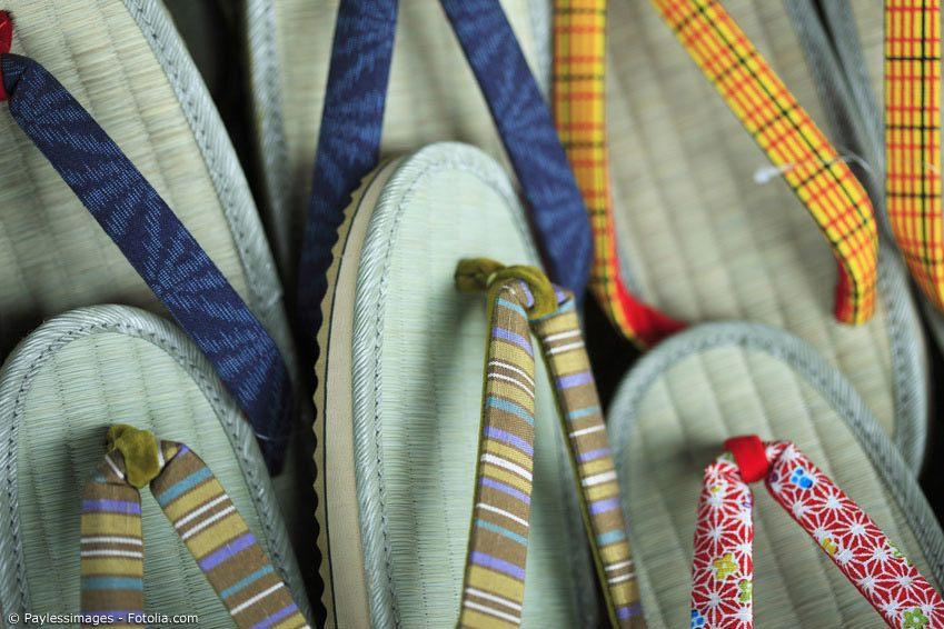 Zori sind japanische Strohsandalen, aus denen sich später die westlichen Flipflops entwickelten. In ihnen zu laufen fühlt sich wie das Laufen auf Tatami-Matten an.