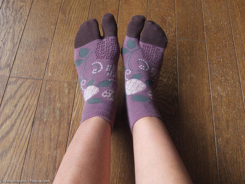 Motiv-Socken werden immer beliebter. Die bunten Zwei-Zehen-Socken sind ein toller Blickfang in Zori oder Geta. Und dabei fördern sie sogar noch die Gesundheit.